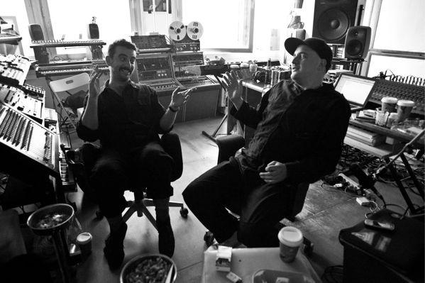 """Szary und Gernot, die ihr Studio im selben Tower betreiben, in dem auch ein Berliner Club auf zwei Etagen wütet, jammern gleich zu Anfang ihrer Pressemitteilung an uns, dass sie in diesem fast wahnsinnig wurden, als sie """"Monkeytown"""" dort produzierten, so viel Schweiß und Tränen muss es gekostet haben."""