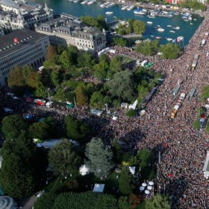 Streetparade - Die Ravermassen auf der Quaibrücke